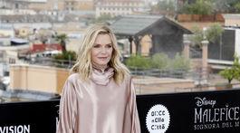 Herečka Michelle Pfeiffer pózuje fotografom.