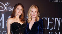 Herečky Angelina Jolie (vľavo) a Michelle Pfeiffer pózujú fotografom na premiére.