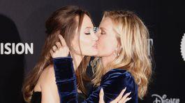 Herečky Angelina Jolie (vľavo) a Michelle Pfeiffer sa zvítali na premiére bozkom.