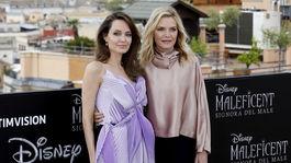 Herečky Angelina Jolie (vľavo) a Michelle Pfeiffer spoločne pózovali na promo fotení ku filmu Vládkyňa zla 2.