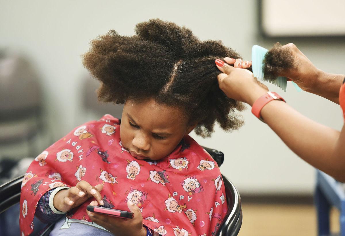Michiganm kaderník, vlasy, česanie, černoška, dievča,