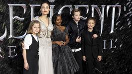 Herečka Angelina Jolie a jej ratolesti - zľava: Vivienne Jolie-Pitt, Zahara Jolie-Pitt, Shiloh Jolie-Pitt a Knox Leon Jolie-Pitt.