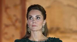 Vojvodkyňa Catherine z Cambridge sa zúčastnila na recepcii v Pakistane, obliekla si smaragdovozelené šaty od Jenny Packhamovej.