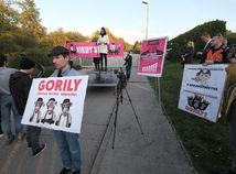 Na protest pred Haščákov dom prišlo okolo 100 ľudí