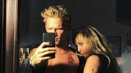 Speváčka Miley Cyrus a jej nový partner Cody Simpson.