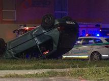 Po policajnej naháňačke vrazilo auto do tínedžerov, dievčatá sú vážne zranené
