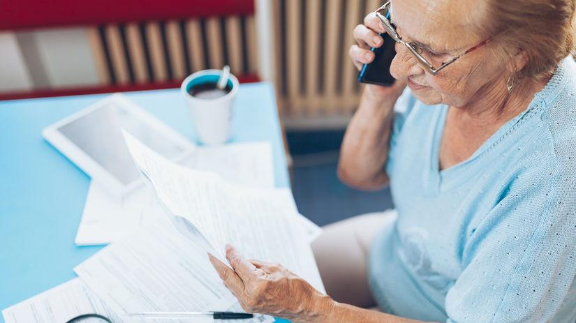 dôchodkyňa, telefón, práca