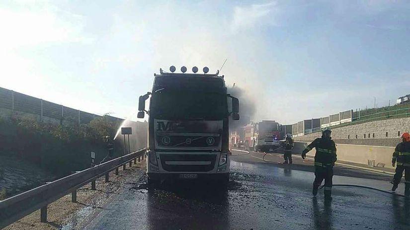 kamión, požiar, diaľnica