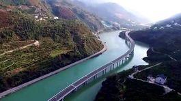 Čína - diaľnica nad riekou