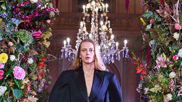 Modelka Saša Gachulincová v jednom z modelov autorskej prehliadky Triomphe od Marcela Holubca W.