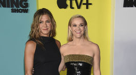 Herecké kolegyne Jennifer Aniston (vľavo) a Reese Witherspoon spoločne na premiére.