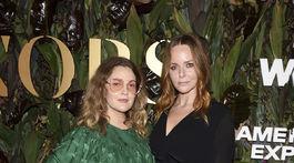 Herečka Drew Barrymore (vľavo) a laureátka ocenenia Stella McCartney na akcii WWD Honors.