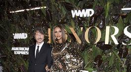 Laureát ocenenia Pierpaolo Piccioli (vľavo) a modelka Iman v kreácii Valentino Haute Couture, ktorú navrhol práve on.