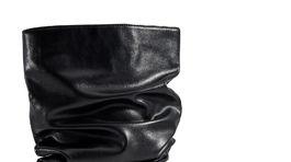 Čierne čižmy s voľnejšou sárou Mohito, predávajú sa za 54,99 eura.
