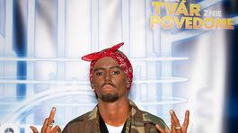 Modelka Saša Gachulincová ako raper Tupac Shakur (v strede) v šou Tvoja tvár znie povedome.