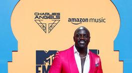 Akon pózuje na červenom koberci.