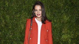 Herečka Katie Holmes v blejzri značky Chanel na párty značky Chanel.