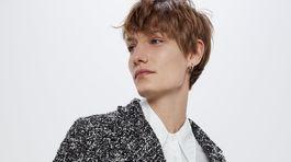 Skrátené štruktúrované sako z dielne Zara. Predáva sa za 69,95 eura.
