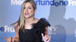 Americká herečka Jennifer Aniston na archívnom zábere v koktejlkách a tmavých pančuchách.