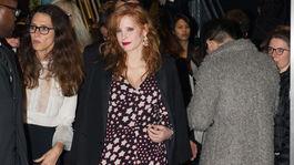 Herečka Jessica Chastain na archívnom zábere vo vzorovaných šatách a priehľadných čiernych pančuchách.