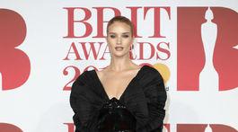 Modelka Rosie Huntington-Whiteley predvádza večernú verziu sexy koktejlových šiat a priehľadných tmavých pančúch.