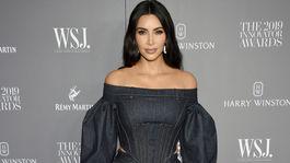 Televízna a internetová osobnosť Kim Kardashian West pózuje fotografom.