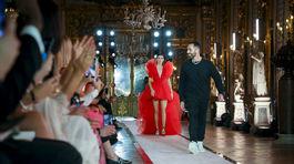 Tppmodelka Kendall Jenner (v pozadí) a dizajnér Giambattista Valli (vpredu) na uvedení kolekcie Giambattista Valli x H&M v Ríme.