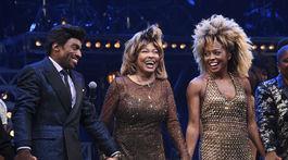 Speváčka Tina Turner (v strede) v spoločnosti hercom Daniela J. Wattsa a Adrienne Warrenovej po premiére muzikálu Tina: The Tina Turner Musical.