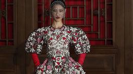 China Modelka na prehliadke Valentino Haute Couture, ktorú dizajnér Pierpaolo Piccioli predstavil na výnimočnej prehliadke v Pekingu v priestoroch Aman Summer Palace.