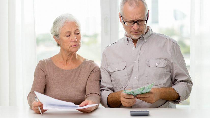 seniori, kalkulačka, papiere, zmluva, peniaze