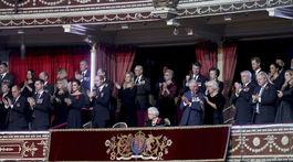 Britská kráľovná Alžbeta II. obklopená členmi kráľovskej rodiny aj pozvanými hosťami z politického a spoločenského života.