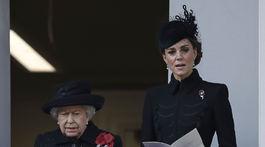 Britská kráľovná Alžbeta II. (vľavo) a vojvodkyňa Kate, manželka jej vnuka Williama, druhého v nástupníckej línii na trón.