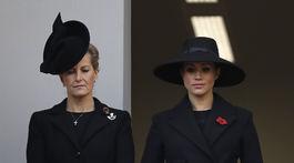 Vojvodkyňa Meghan zo Sussexu (vpravo) a komtesa Sophie z Wessexu počas bohoslužby v rámci Remembrance Day.