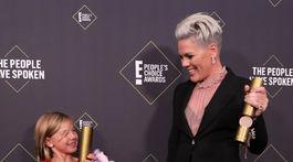 Speváčka Pink a jej deti pózujú v zákulisí s jej trofejou People's Champion Award.