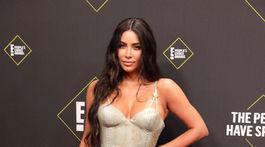 Televízna hviezda Kim Kardashian v kreácii Versace.