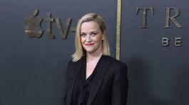 Herečka Reese Witherspoon v čiernom nohavicovom kostýme na premiére projektu Truth be Told.