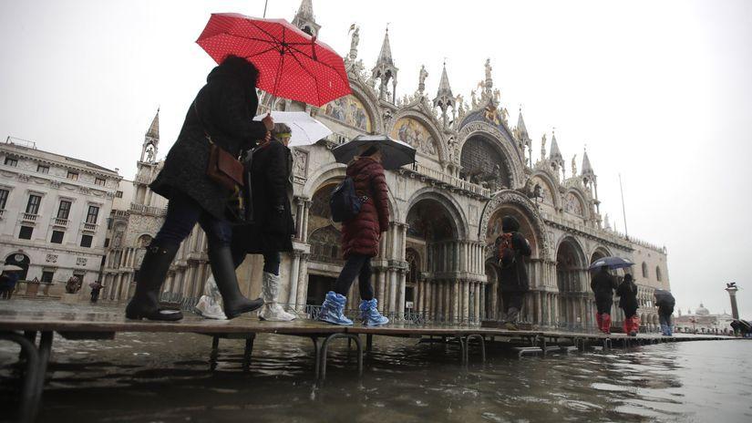 taliansko benátky voda záplavy turista  nám....