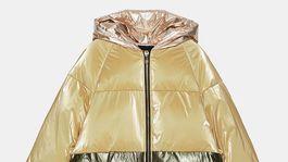 Vatovaná bunda s efektom color-blockingu. Predáva Zara za 49,95 eura.