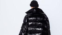 Vatovaná bunda s lakovanou úpravou. Predáva Zara za 59,95 eura.