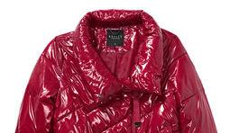 Vatovaná bunda s lakovanou úpravou vo vínovej farbe. Predáva Mohito za 54,99 eura.