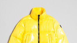Vatovaná výrazná žltá bunda. Predáva Twinset za 228 eur.