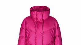 Vatovaný kabát vo výraznej cyklámenovej farbe Marc Cain. Predáva sa v mClasse Bratislava.