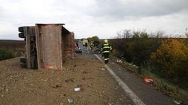 nehoda nákladné auto kamión štrk záchranári hasiči