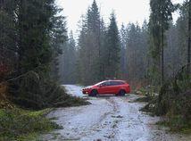 Orkán pod Tatrami: Vzduchom lietali strechy aj stromy