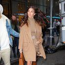 Modelka a herečka Camila Morrone v New Yorku v odtieňoch karamelovej.