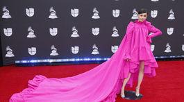 Celebrita Sofia Carson dorazila v kreácii Giambattista Valli Haute Couture.