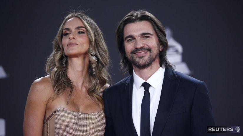 Spevák Juanes a jeho manželka Karen Martinez.