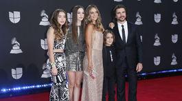 Spevák Juanes a jeho rodina prišli na Latin Grammy Awards spoločne.