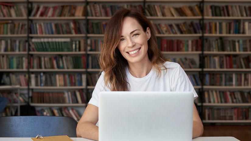 žena, notebook, práca, knihy, knižnica