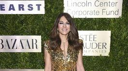 Herečka Elizabeth Hurley sa tentoraz obliekla do zlatej. A bola neprehliadnuteľná.